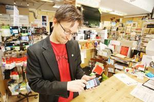 Caj Källmalm testar den nya webben i en mobil.