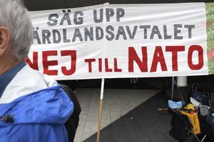 Den nu pågående Aurora-övningen tillsammans med andra länders militär bidrar till en rustningssprial, varnar Vänsterpartiets Stig Henriksson. Bilden: Föreningen Nej till Nato arrangerade nyligen en manifestation i Stockholm.