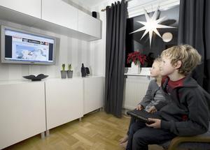 Alma, 5, och Anton, 9, har fått en komfortabel dataspelshörna med sköna laminofåtöljer. Foto:Janne Eriksson