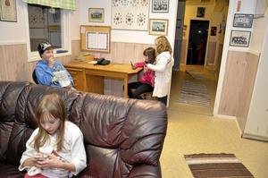 På ungdomsgården i Finnerödja träffas ortens barn för att spela tv-spel, äter godis, greja med sina mobiltelefoner och umgås. I soffan sitter Emma Persson. Bakom syns Joel Karlsson, Joline Jansson och Emma Karlsson.