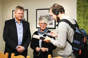 Sören Görgård (C) och Yvonne Oscarsson (V) tycker det nya projektet är spännande. Här pratar de med Sveriges Radio efter presskonferensen.