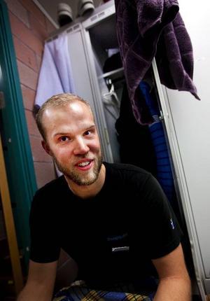 Mikael Gärdin, 24 årBadvärd på StorsjöbadetVad har du i ditt skåp?– Skinnhandskar, mobil, pannband, öronproppar, studiepapper, kalsonger, en ren t-shirt, några shorts, ett kursintyg, en smutsig t-shirt, ytterkläder, varma strumpor, långkalsonger, matlåda, handduk. Skorna och väskan får inte plats i skåpet.När städade du där senast?Mina kollegor klagade på att det luktade illa så jag fick storstäda det i början av sommaren. Skåpet var insparkat när jag fick det så det går inte att stänga eller låsa. Därför kan jag komma undan med att hänga saker på skåpdörren och ha prylar utanför.Vad är det mest udda i ditt skåp?– Helt klart matlådan, de i cafeterian vet varför. En man i min ålder lagar inte mat hemma, ha ha!Skulle du vilja ha ett större skåp?–Nej, det är stort som det är, jag skulle bara ha mer saker i skåpet om det  var större. Det är ett skåp, man kan inte begära så mycket av det.Finns det några oskrivna skåpregler?–Jag får skit de gångerna jag har haft bråttom och kläderna hamnar på golvet istället för i skåpet.Vad skulle du vilja ha där?–Självklart en tvättmaskin.Vad säger skåpet om dig som person?–Allgörare som har mycket saker och att jag är en sportig person.