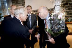 Tackade. Intersports Curt Bergström var en av många företagare som tackade Svante W Nordh för gott samarbete.