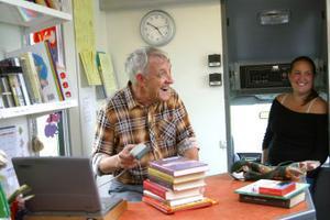 Välbekant gäng. Åsa Järnberg sommarjobbar på biblioteket och har följt med Bruno Almgren på en tur med bokbussen för att se hur det fungerar. Bruno har kört bussen i 22 år och har många trogna besökare som verkar vara mer som vänner än som kunder.