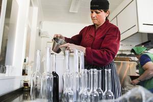 Den doftande häxbrygden hälls upp i vackra glasflaskor.