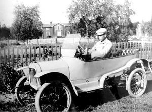 Valdemar Eriksson i den tvåsitsiga Rengsjöbilen, som senare såldes till en länsman i Bergsjö. Foto:Sockenbilder, Högs hembygdsförening.