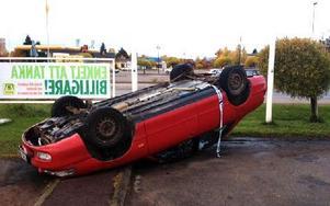 Den upp och ned-vända bilen. Foto: Berit Olars/DT