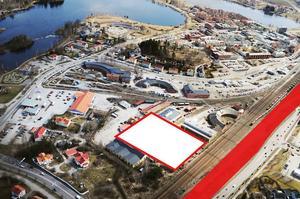 På flygbilden har vi markerat arenans tänkta läge med vitt. Längs den röda sträckan och ända fram till St1-macken på Gärdet föreslås den nya parkeringen.