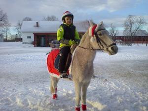 Lucia har alltid varit speciellt för mig men karaktären ändras med åren och intressena. I år hade jag lagom fått koll på Tomtedräkter och glitter till barnen när det var dags att även utrusta ponnyn…. God Jul från Klara och tomten Simson.