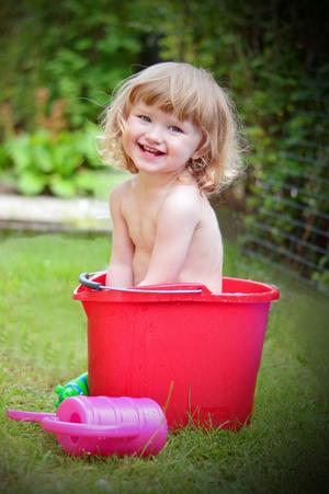3. Man tager vad man haver i denna sommarvärme när man måste svalka sig. Ella hittade en skurhink.