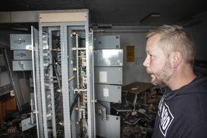 Lars Stål betraktar en av de sabbade elcentralerna.