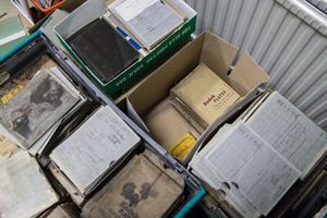 Lådvis med plåtar väntar på att bli arkiverade, totalt tar de hand om 6000 plåtar.