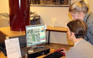 Helena von Bergen blir instruerad av Mathilda Axelsson i Java-programmet. Helena hajade snabbt och hade idéer om hur å-rummet skulle kunna förändras. Foto: Håkan Eriksson