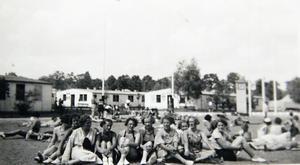 Flickorna tog ett fåtal egna bilder från OS-lägret där de bodde.