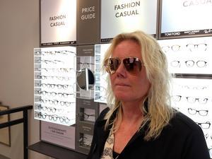 Lena Sandh, legitimerad optiker på Synsam med rosa spegelglas.
