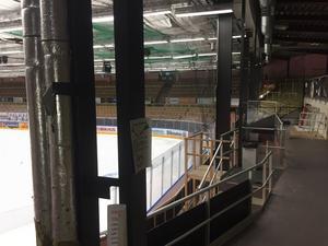Stolparna som håller ihop hela konstruktionen av Smidjegrav Arena skymmer sikt. Det är inte heller aktuellt att investera flera miljoner kronor för att bygga nytt skal.