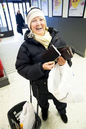 Kerstin Hallström, 72 år, Östersund. Arbetande pensionär (tentamensvakt).– Inte mer än andra månader. Jag har alltid så bra koll på ekonomin och har fört kassabok i nästan 60 år, den är ett måste. Jag har den alltid med mig och den är som en dagbok. Jag för in allt jag handlar. Hamnar jag i en ekonomisk knipa kan jag alltid se vad jag kan dra ner på. Jag lagar mycket mat, handlar sällan, är också händig och fixar mycket själv. Jag kastar inget, handlar på loppis, målar och gör om. Det har jag alltid gjort, långt innan det blev populärt.