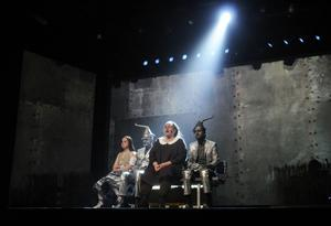 Nytillskottet i teatern, Ida Johansson, Alice, tillsammans med plåtmännen Bosse Östlin och Johan Svangren och Dorothy, Teresia Widarsson.