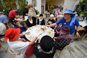 Fika. Inga Filipsson från Väntjänsten ser till att alla få kaffe och kaka när det är fest på Åsens dagcentral.