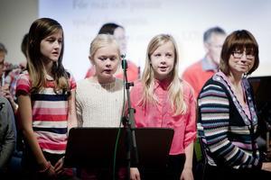 Kulturskolans Lilla kören bestod av sju talangfulla sångerskor som inte var blyga för att ta i ordentligt. På bilden Emma Hallmans, Lisa Skoglund och Josefine Ramström. Övriga medlemmar i kören är Josefine Ragnarsson, Sofie Hansson, Hanna Ollinen och Agnes Linder.
