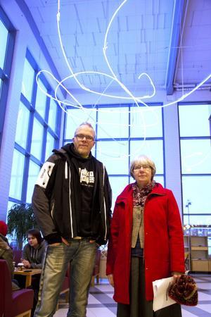 Energirådgivare Anders Tång och miljöutvecklare Margareta Örn Liljedahl laddar inför Energidagen på onsdag.