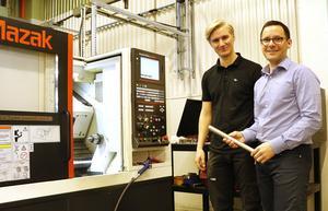 I Lukas Gustafssons praktik ingår att arbeta både med konstruktion och att förbereda för produktion. Ellagros vd Martin Kristiansson (till höger) tycker att praktik borde var obligatoriskt på gymnasiets ingenjörsutbildningar.