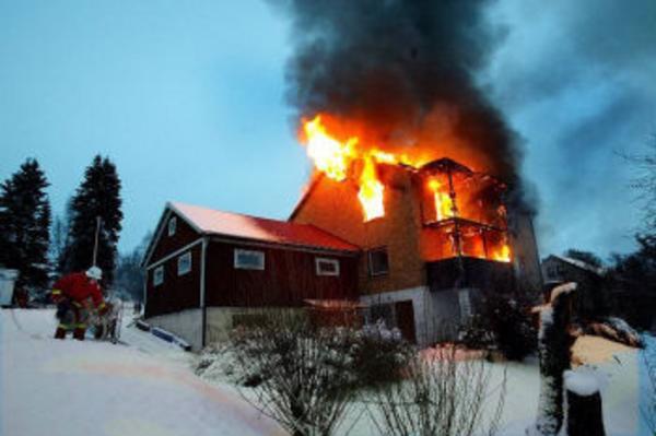 Flera blev hemlösa efter branden på Frölandsvägen i Timrå i går. Den övertända villan gick inte att rädda utan totalförstördes.