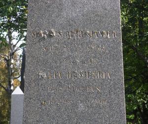 Mossan döljer inskriften på gravvården över Magnus Arhusiander, riksdagsman, flera gånger ordförande i Sundsvalls kommunfullmäktige, delägare i Heffners sågverk och skaparen av Villa Marieberg.