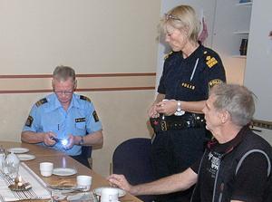 Helena Sundberg tackade poliserna Olle Eklund, Sven Berg och Erik Sandqvist för Edsbytiden genom att ge dem en varsin ficklampa. Olle Eklund testar att den fungerar.