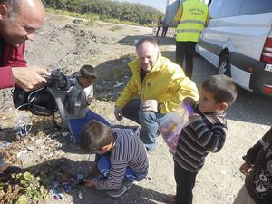 Åke Nyquist och Mattias Öberg delar ut lego till flyktingbarnen.