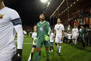 Östersunds målvakt Aly Keita går in på planen inför Europa Leauge-mötet hemma mot Athletic Bilbao.