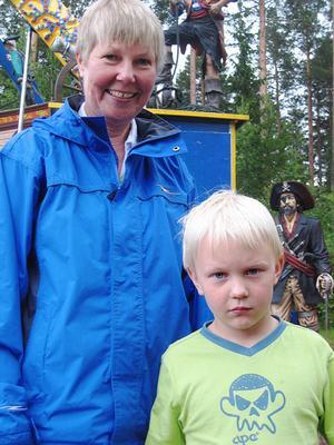 Inga-Greta Andersson, 53 år, kurator, Sandviken med brorssonen Oskar Wiklander, sex år från Alfta.