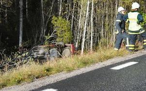 Familjens bil syntes knappt där den låg voltad i en ravin norr om Furudal. Foto: Ola Svärdhagen/Hela Hälsingland