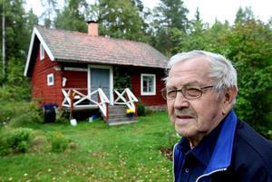 MINNS TIDERNAS APRILSKÄMT. Järbobon Pelle Jäderberg, 89, håller liv i den 80-åriga historien om när två unga anställda vid Järbo yllefabrik lurade hela bygden med falska björnspår i snön. Allt utspelade sig under fabriksstrejken i april 1931 och än i dag sjunger Pelle visan som skrevs om det för vissa i byn rätt pinsamma skämtet.