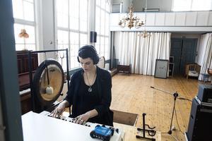Den stora kyrksalen används som inspelningsrum med plats för instrument som piano, mellotron och bastrummor.