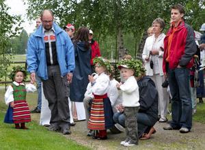Midsommarfina. Många av barnen som var med vid midsommarfirandet på hembygdsgården hade rustat sig allt enligt vad traditionen bjuder, hembygdsdräkt och blomsterkrans på huvudet.