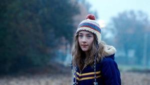 Susie faller offer för en seriemördare. Den irländska skådespelerskan Saoirse Ronan. Bara 14 år men redan mycket rutinerad. Bland annat spelade hon Briony i