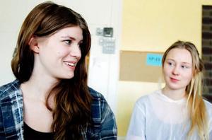 Julia Eldh och Kajsa Borgström vill hellre tänka på studentfirande än på prov. Sex veckor kvar räknar de till i almanackan.