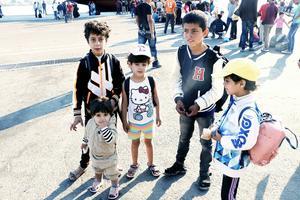 De ser ut som att de ska gå till skolan men de flyr från kriget i Syrien. Rima, 9, Rajad, 5, Ahmed, 14, Fahima, 6, och Hamsa, 1, står och väntar på båten till Aten utrustade med kläder och väskor från Gävle.