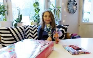 Barbiehuset och monsterdockorna fick förkylda Frida i sjuårspresent redan på morgonen. Lite choklad och en tidning fick hon som tröst av GD för att hon missade uppvaktningen i skolan.
