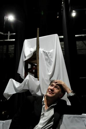 Ännu inte särskilt spöklik, men på annandag jul är det dags. Då står Iso Porovic på scenen som Spöket på Canterville. I Sundsvall har han i tio år gjort sig känd i scenens alla roller, men också som regissör, poet som skriver lyrik på två språk - och bland grannarna även som biodlare.