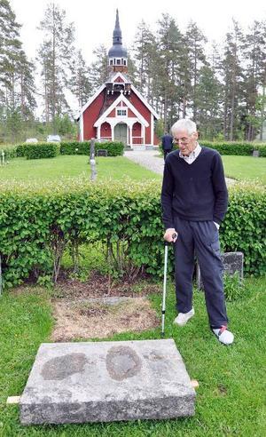 Alf Sjölinder, Ljungå, vid den gravsten som bröt hans forled.Foto: Ingvar Ericsson
