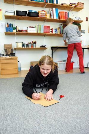 RÖVARE. Alva Friskman håller på att rita sin rövarkaraktär.