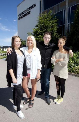 Glada hjältar. Melinda Matsman, Amanda Jansson, Marcus Wiss och Felicia Pejcic är alla nominerade till Västerås Vardagshjälte för sitt arbete med att samla in pengar och kläder till Stadsmissionen.