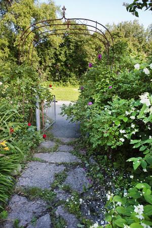 En vacker portal leder in till Anne-Marie Montelius trädgård.