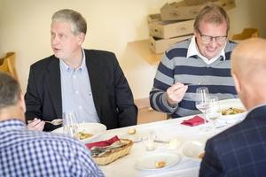 Förbundschef Thomas Winqvist och rektor Bertil Lundqvist provsmakar.
