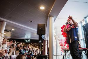 Sundsvallsidolen Rolf Öhlén uppträdde på Birsta mitt i mellandagsrean.