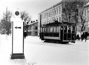 BLINKFYR. Gävles första trafikljus sattes upp korsningen Nygatan-Stora Esplanadgatan i augusti 1926. Det blinkade gult åt alla håll och fungerade som ett rundningsmärke för stadens bilar, cyklar, hästskjutsar. Spårvagnarna fortsatte dock att gå sina egna vägar.Ur Gävle Stadsarkivs samlingar