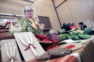 gillar ekologiskt. Mona Wennberg stickar, tovar och syr. På senare år har hon även börjat designa ekologiska barnkläder.