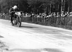 En ensam TT-förare i full fart i loppet 1930. Föraren är Martin Strömberg från Hedemora som är en av loppets verkliga veteraner.